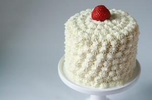 Thirty-Three Cake med jordgubbar och mascarpone