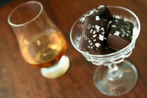 Whiskeykola med mörk choklad och havssalt